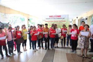 DSWD Usec. for Promotive Programs Malu Turalde administers the Oath-Taking of the elected presidents of the solo parents' organizations in Quezon City.
