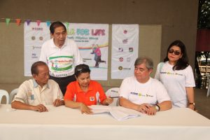 Sec. Orogo (middle) signs the Memorandum of Agreement with POPCOM Executive Director Juan Antonio Perez (right) and FSCAP National President Romeo Alan Jr. (left). Also in photo are (standing) FSCAP- NCR Chapter President Jorge Banal and DSWD-Community Programs and Services Bureau Director Rosalie Dagulo.